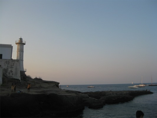 Lighthouse from the side rocks - Copyright 2009 i0wtd